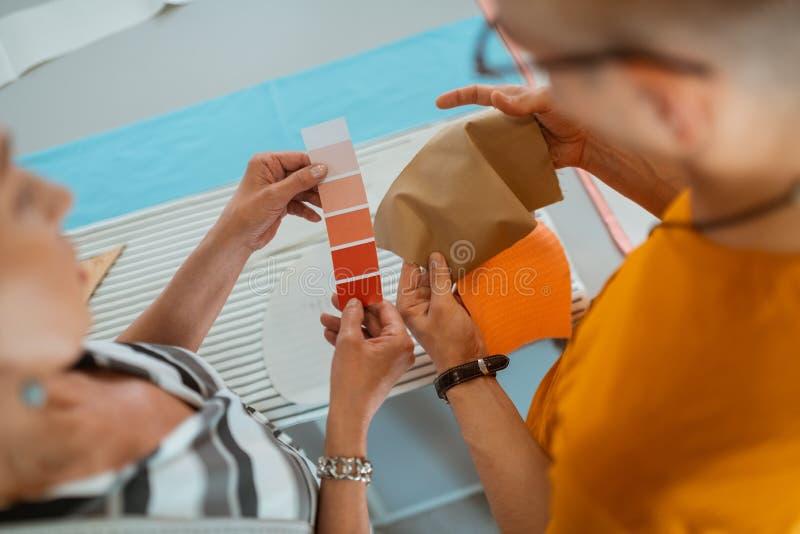 2 современных модельера выбирая цветовую палитру стоковое изображение rf