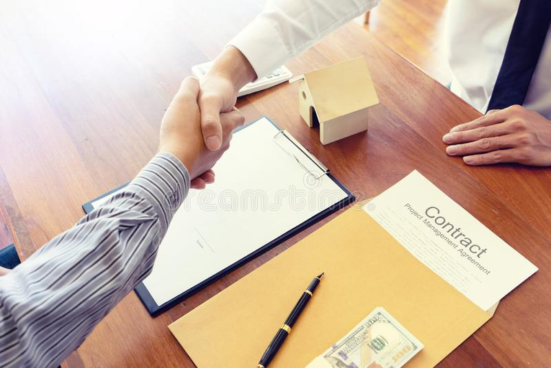 Согласование бизнесмена подписать для контракта стоковое изображение