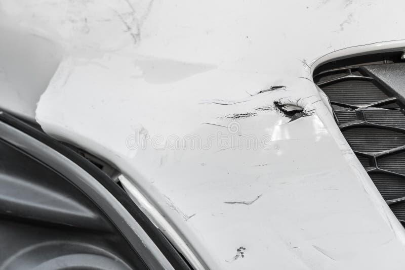Согнутые рана и царапины на поврежденном белом автомобиле стоковые изображения rf