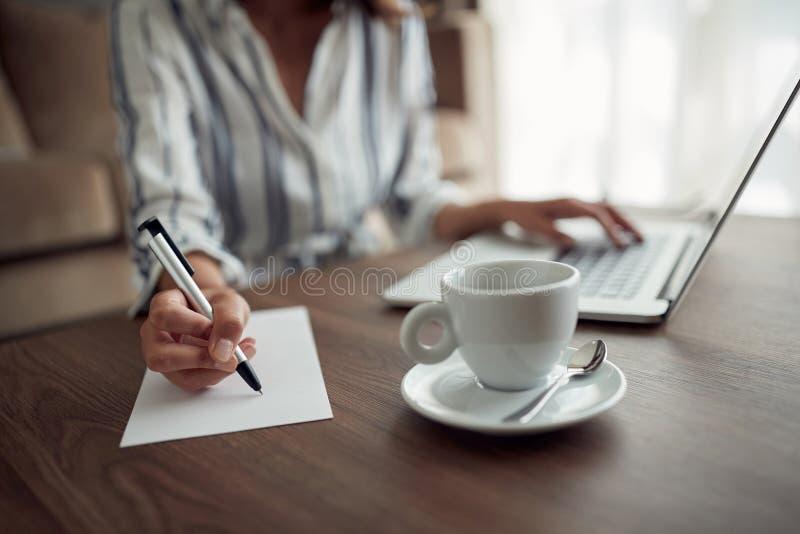 Содержание или somethin сочинительства руки женщины работая †коммерсантки « стоковое изображение