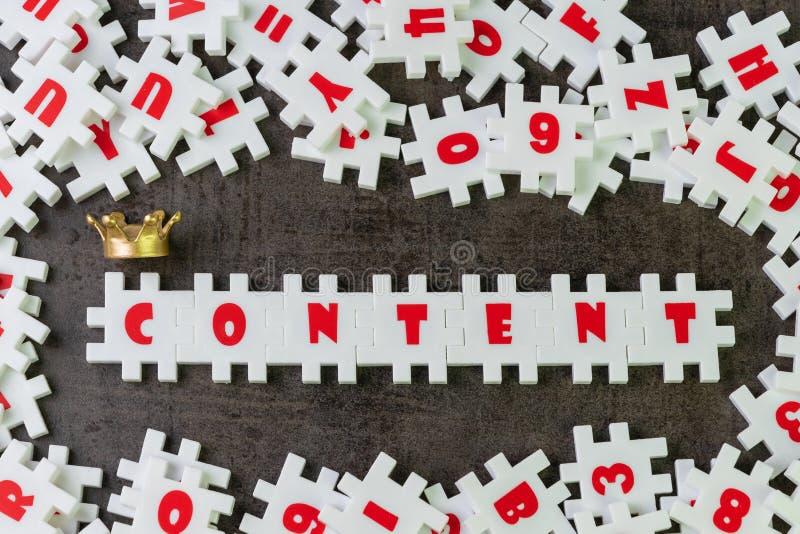 Содержание король в рекламировать или творческая концепции связи, белый зигзаг головоломки строя содержание слова с золотой кроно стоковая фотография rf