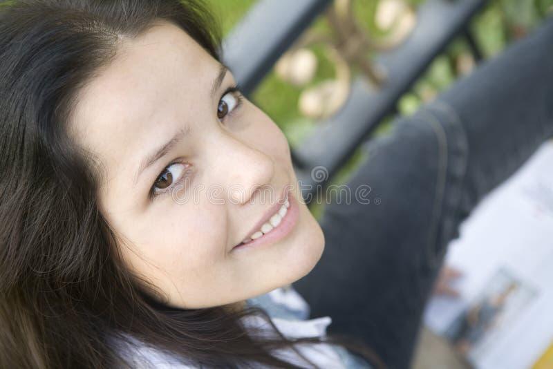 содружественная женщина лета усмешки парка стоковая фотография rf