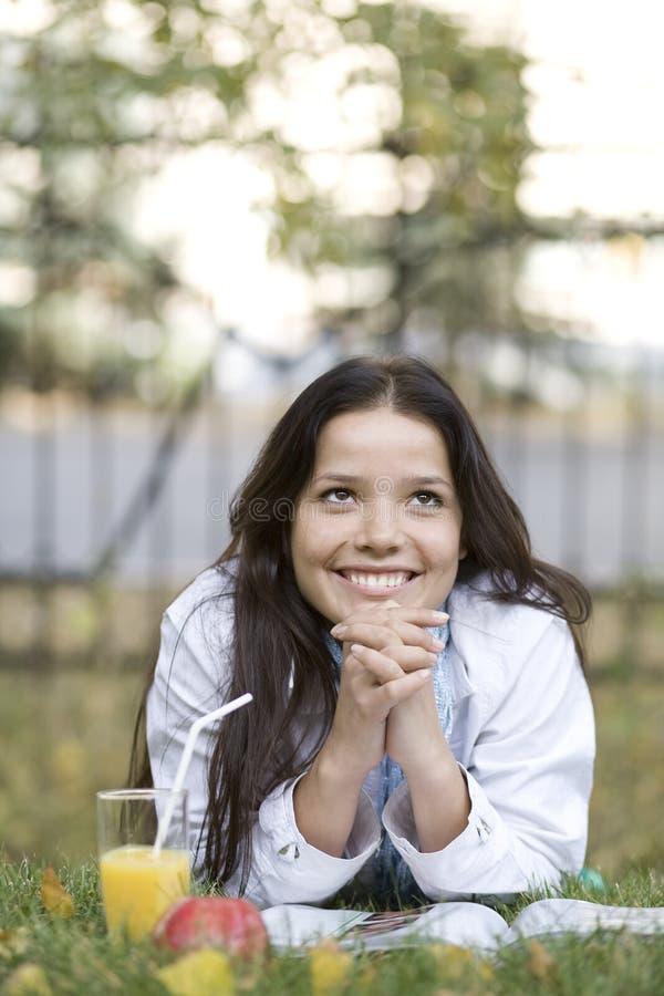 содружественная женщина усмешки парка стоковые фотографии rf