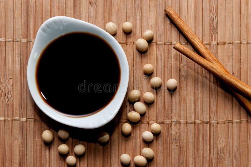 Соевый соус и палочки стоковое фото