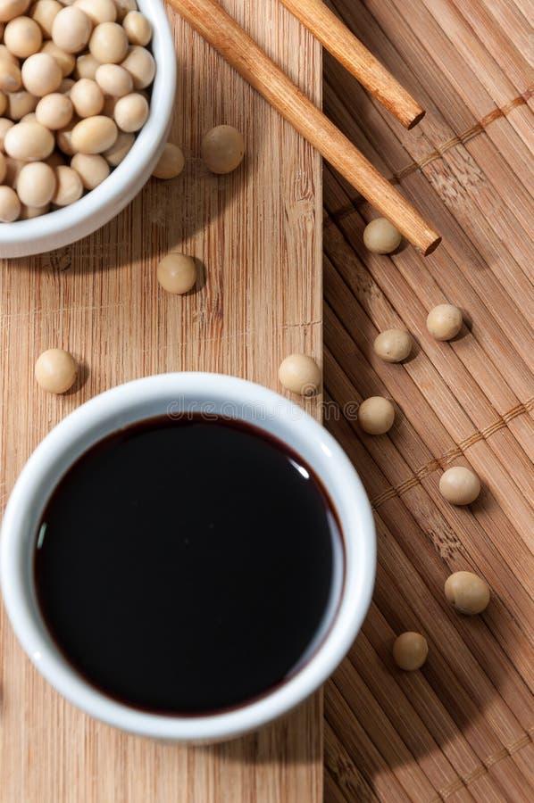 Соевый соус и палочки стоковое изображение rf