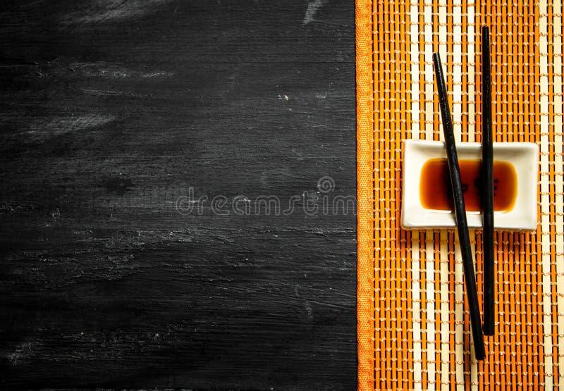 Соевый соус с палочками для суш стоковые изображения