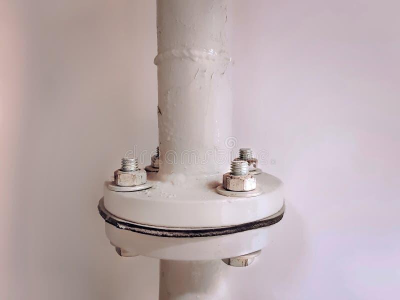 Соединение белой воды пронзительное с скрепленным болтами фланцом стоковое фото
