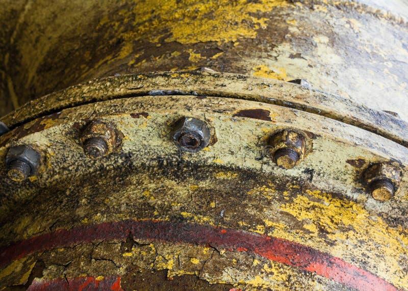 Соединение болта на старой трубе металла стоковые изображения