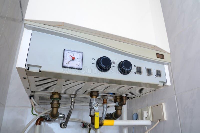 Соединение домашнего нагревателя воды Индивидуальное топление Индивидуальное горячее водоснабжение стоковое фото rf