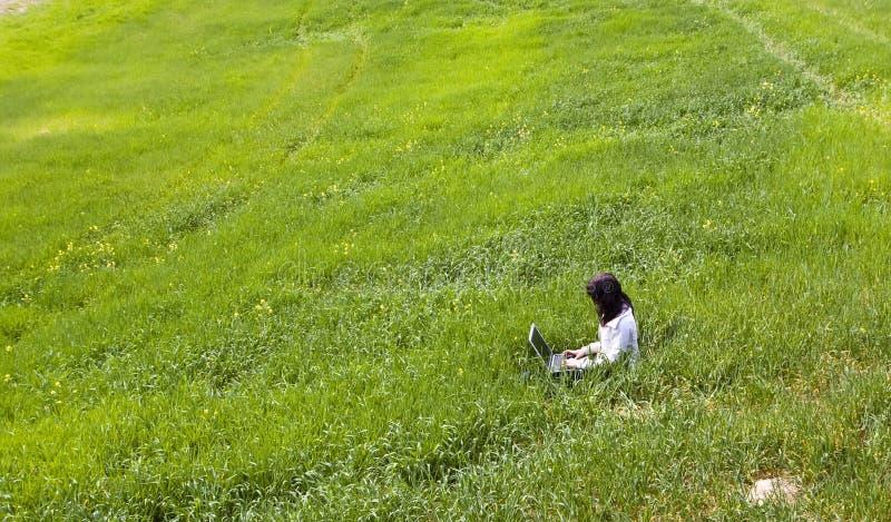 соединенная женщина травы стоковые изображения rf
