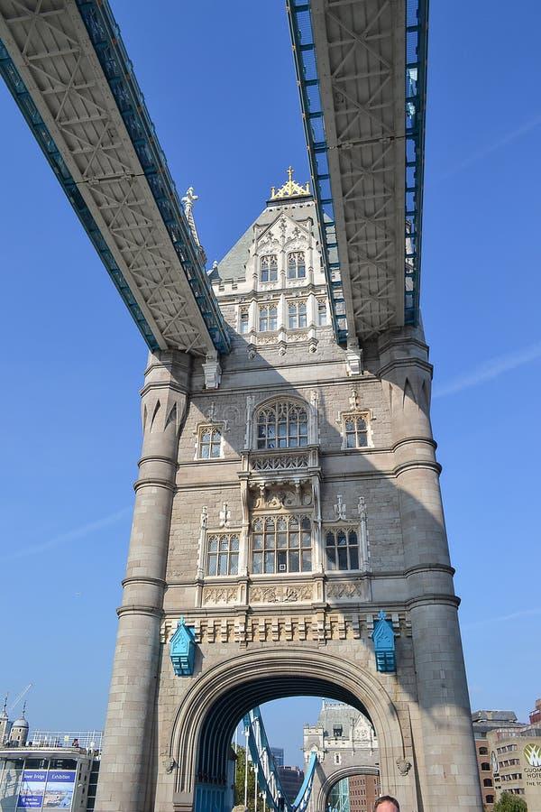 2014-09-22 соединенное королевство Лондон Взгляд моста башни от дороги пропуская через ее соединенное королевство стоковое фото
