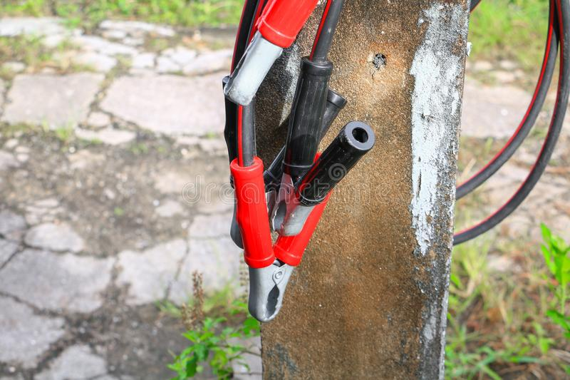 Соединительный кабель, автомобильный аккумулятор с красным цветом и чернота стоковая фотография
