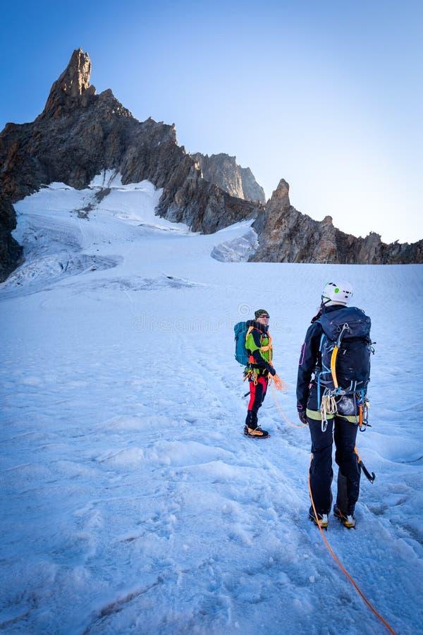 Соедините альпинистов alpinists идя наклоны ледника MONT BLANC стоковые изображения