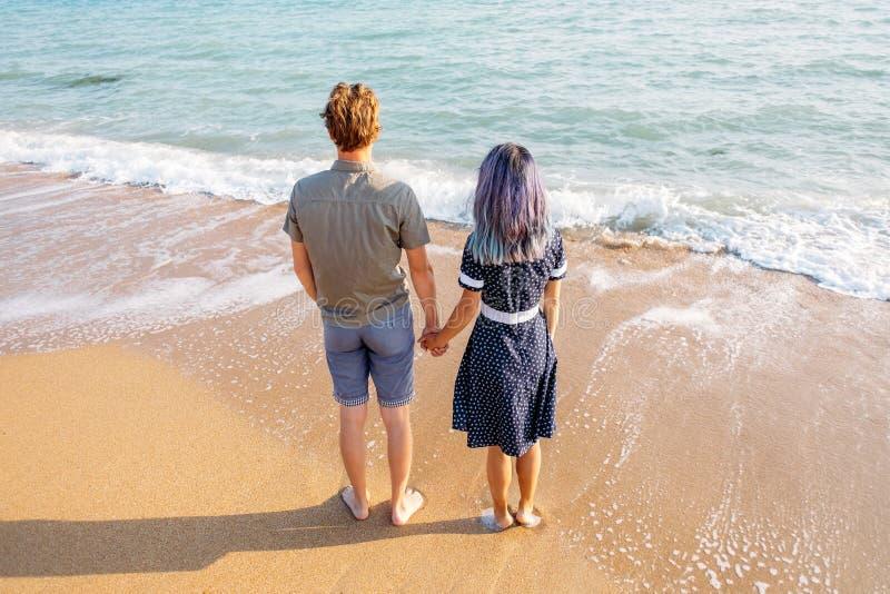 Соедините в любов наслаждаясь взглядом моря на каникулах стоковая фотография rf