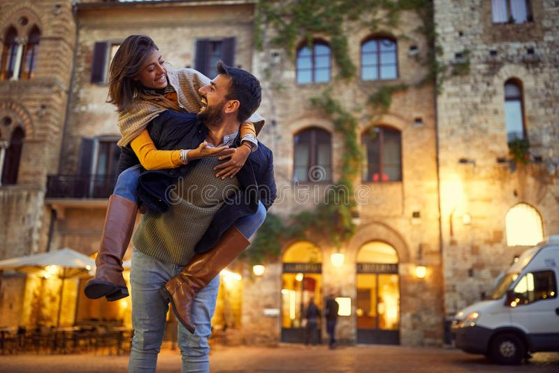 Соедините в любов наслаждаясь на красивом вечере совместно стоковые изображения