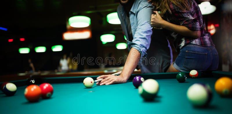 Соедините датировать, flirting и игру билльярд в пабе стоковые изображения