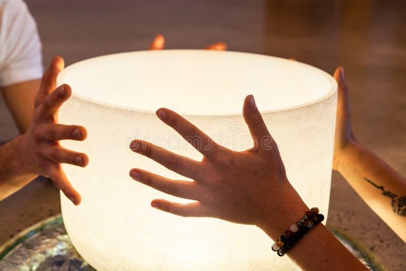 Соедините держать кристаллический шар совместно стоковые изображения rf