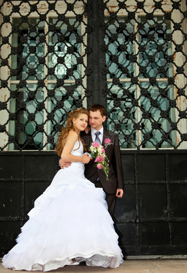 соедините детенышей венчания стойки строба огромных близких стоковые изображения rf