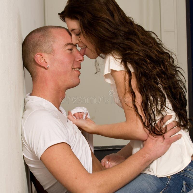 соедините его вылижите нос влюбленности который детеныши стоковые фото