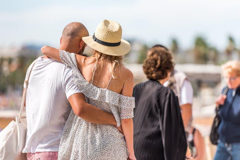 Соедините идти вдоль прогулки в Salou, Таррагоне, Испании Конец-вверх стоковые фото