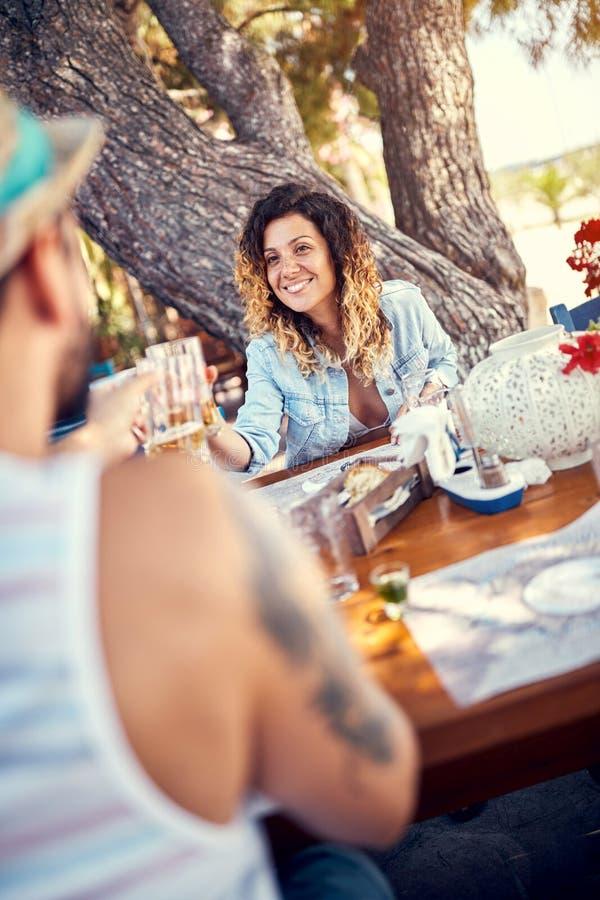Соедините иметь потеху в пиве ресторана выпивая стоковое фото