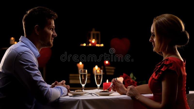 Соедините иметь романтичный обедающий в высококачественном ресторане, выравниваясь для 2, дата стоковые изображения