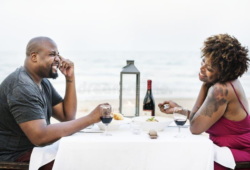 Соедините иметь романтичный обедающий на пляже стоковая фотография rf