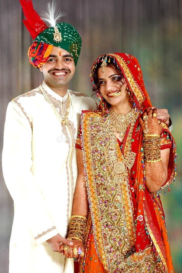 соедините индейца платья счастливого их венчание стоковое фото rf