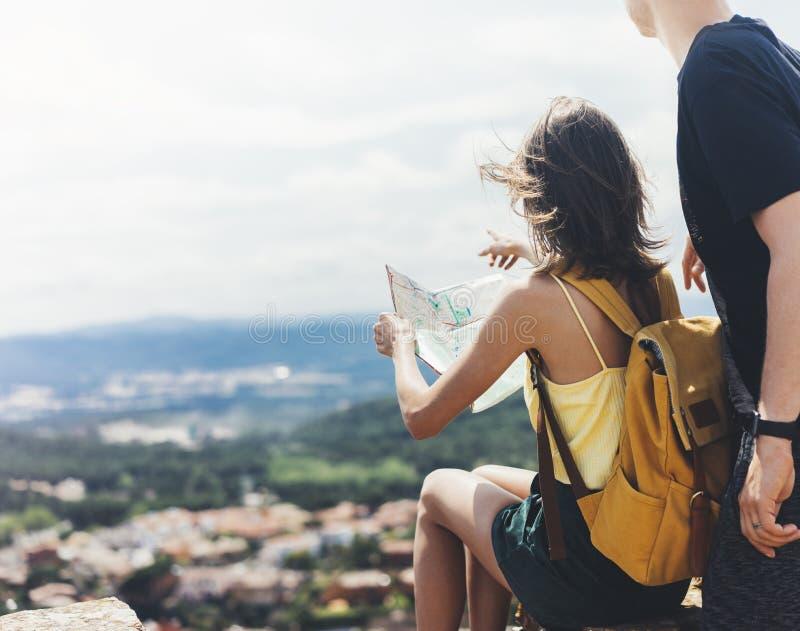 Соедините карту владением и взглядом хипстера туристскую на отключении, приключении концепции образа жизни совместно, путешествен стоковые изображения