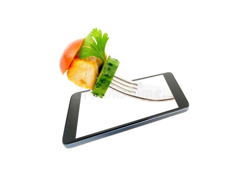 Соедините мясо зажаренное цыпленком при конец-вверх овощей выступая, вне экрана smartphone изолированного на белой предпосылке стоковое изображение rf