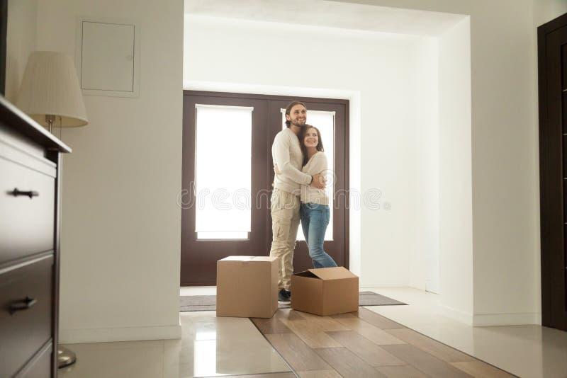 Соедините обнимать в прихожей двигая в новый дом с коробками стоковые изображения