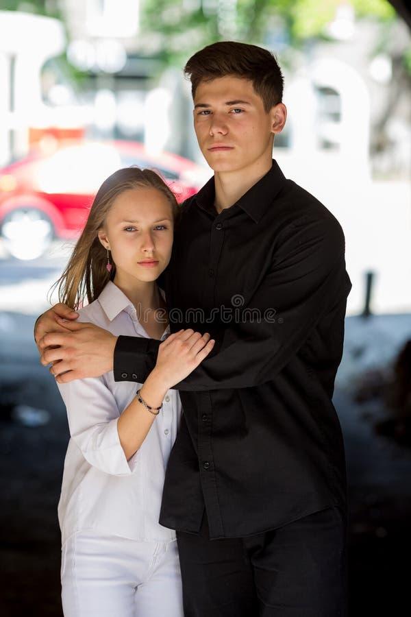 Соедините объятие маленькой девочки и мальчика нежно стоковые фото