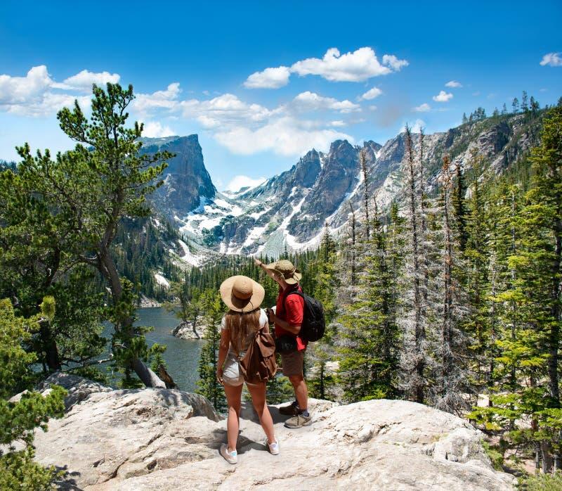 Соедините ослаблять и наслаждаться красивый горный вид стоковые фотографии rf