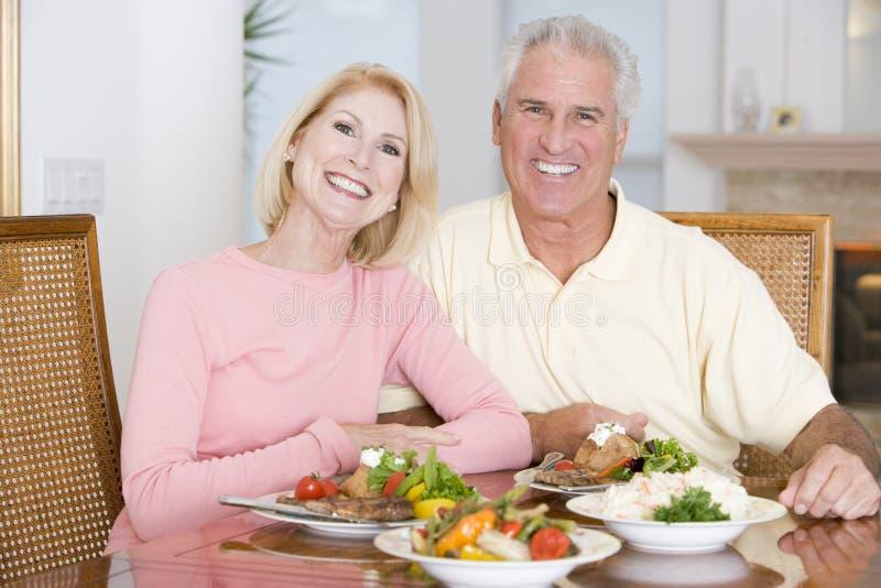 соедините пожилых людей наслаждаясь здоровой едой стоковые изображения rf