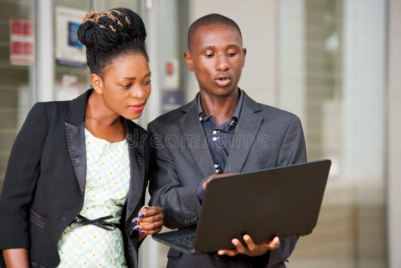 Соедините портрет бизнесменов с ноутбуком стоковое фото rf