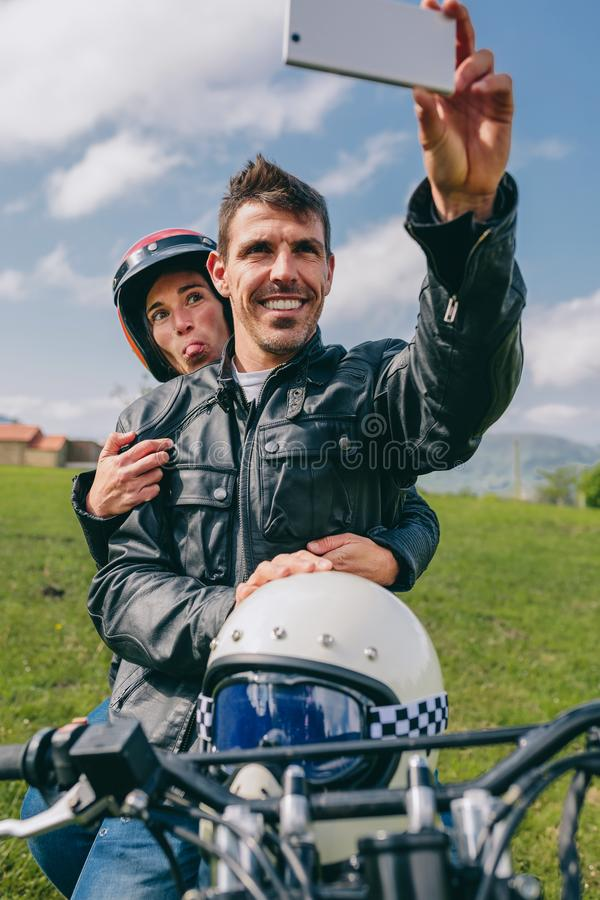 Соедините принимать selfie на мотоцикле стоковые изображения