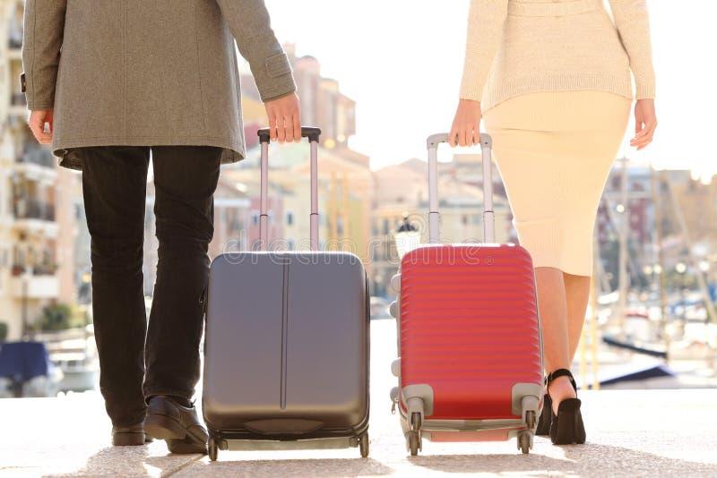 Соедините путешественников вытягивая вагонетки на каникулах стоковая фотография rf