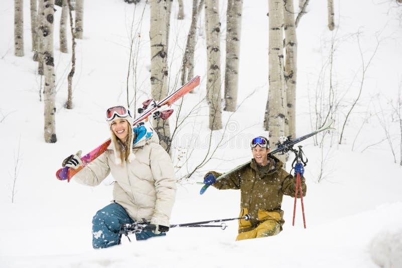соедините счастливую каникулу лыжи стоковые изображения rf