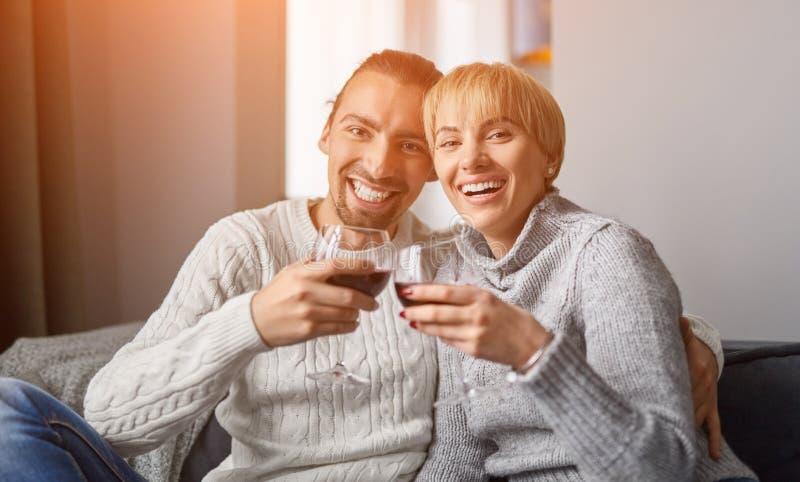 Соедините с вином смотря камеру стоковая фотография rf