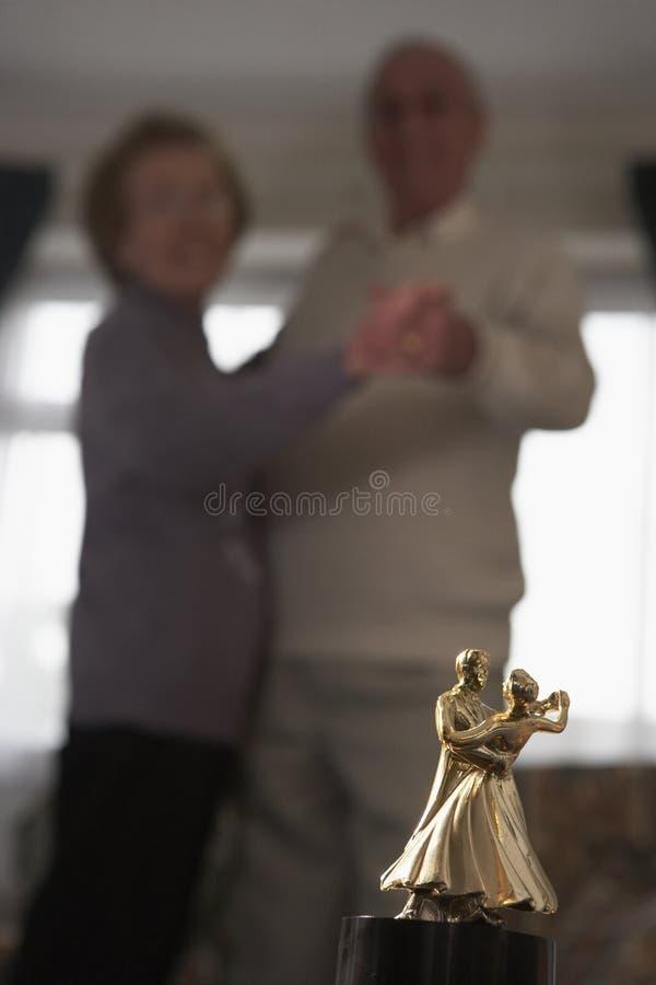 соедините трофей старшия танцульки стоковые фото