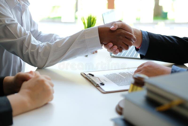 Соедините трясти руки к юристу маклера страхования по ипотечной задолженности риэлтора handshaking клиента с финансовым советнико стоковое фото rf