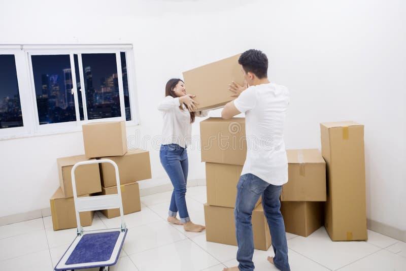 Соедините удержание картонной коробки в новой квартире стоковая фотография rf