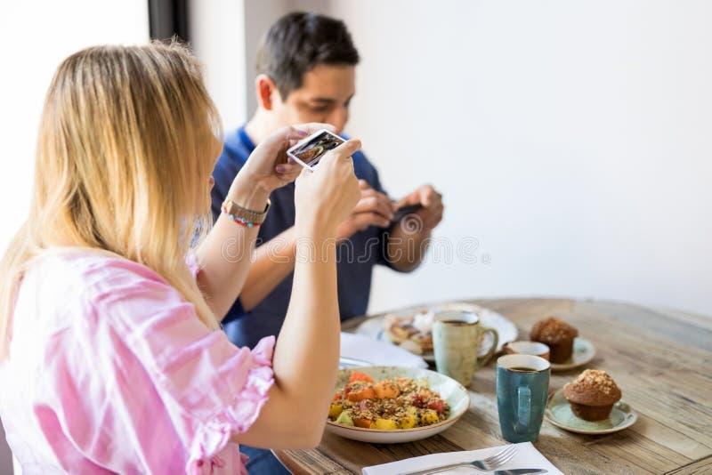 Как правильно фотографировать людей в ресторане