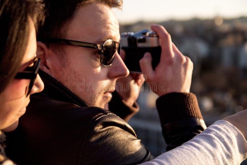 Соедините фотографировать заход солнца на крыше города стоковое изображение rf