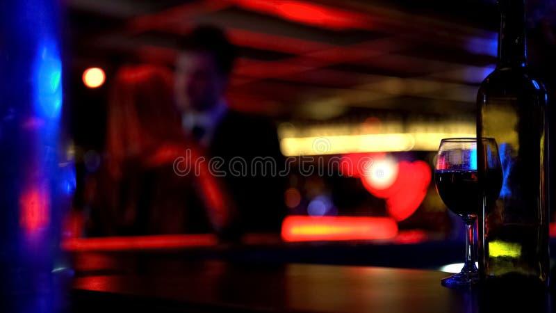 Соедините целовать heartily на встрече, датируя в ночном клубе, запачканная предпосылка стоковое изображение