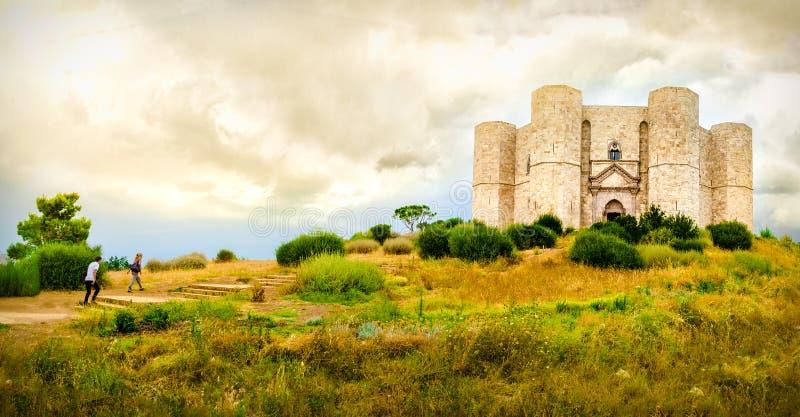 Соедините шаги подъема в естественный желтый ландшафт для достижения Castel del Monte в провинции Apulia - Andria Trani - Италия стоковое фото rf