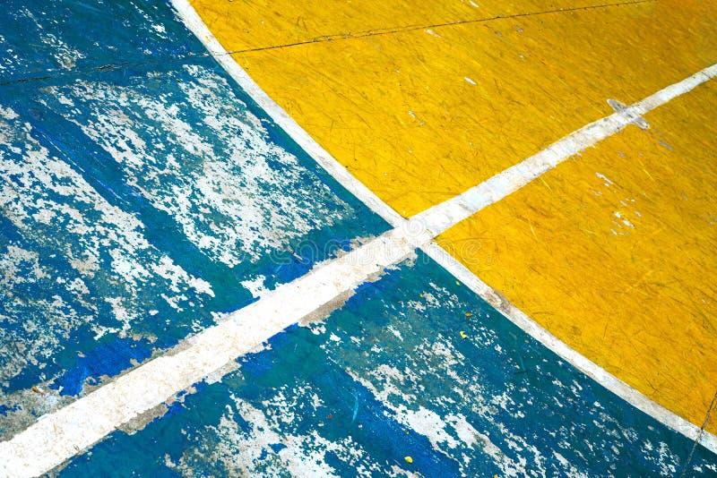 Соединять прямую и круговую белую линию сливая в центре  поля Grunge баскетбольной площадки стоковые фото