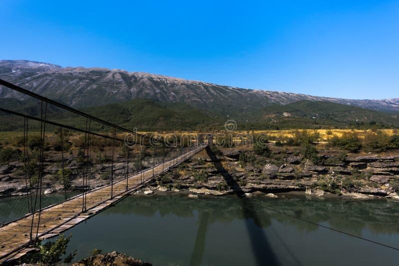 Соединяясь деревянный мост над ущельем врезанным в красивом албанском ландшафте, Албанией реки стоковая фотография