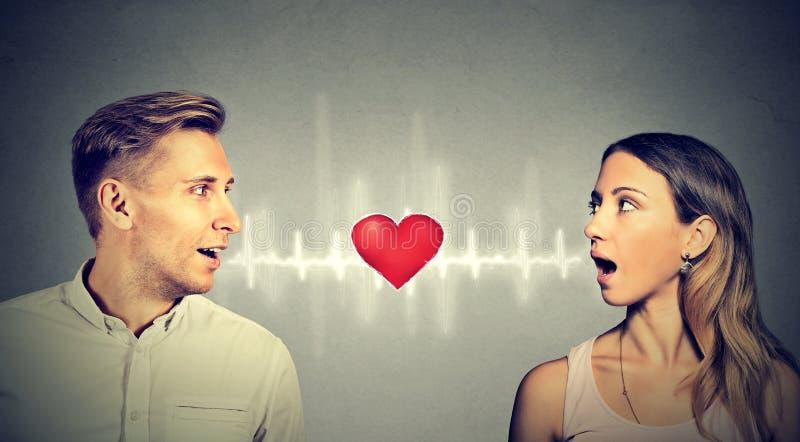 Соединение влюбленности Женщина человека разговаривая с сердцем in-between стоковая фотография rf
