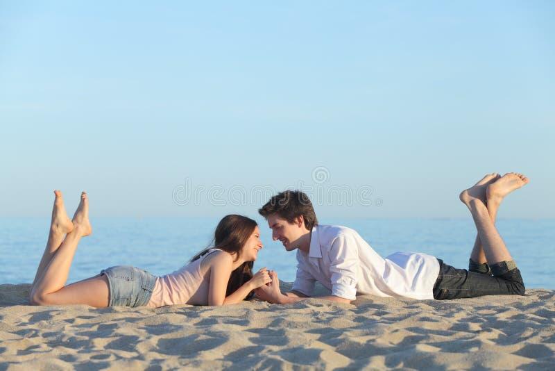 Соедините датировка и отдыхать на песке пляжа стоковое фото
